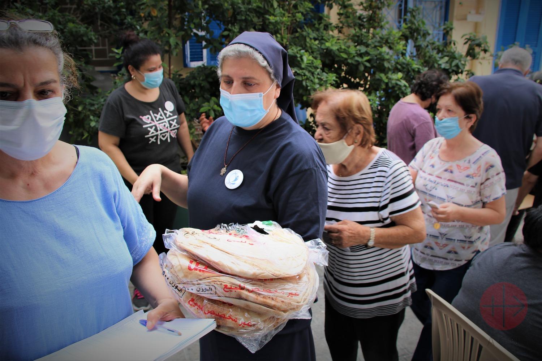 La hermana Rita distribuye apoyo de ACN para familias afectadas por la explosión y la pobreza en Karm Al Zeytoun. (ACN)